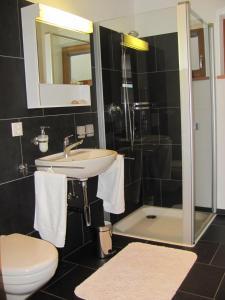 Ein Badezimmer in der Unterkunft Ferienwohnung Caviezel