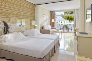 A bed or beds in a room at H10 Lanzarote Princess