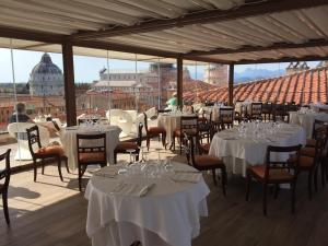 A restaurant or other place to eat at Grand Hotel Duomo