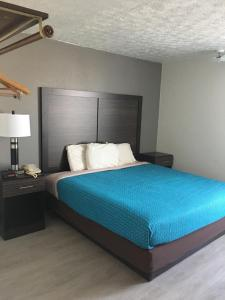 A bed or beds in a room at Travelodge by Wyndham Gallipolis