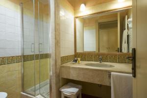 A bathroom at Lantana Resort Hotel&Apartments