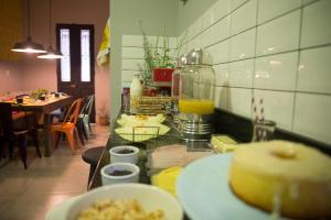 A restaurant or other place to eat at Um Hostel