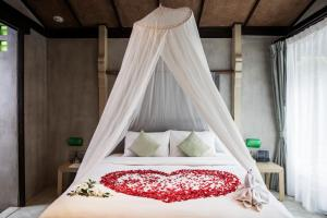 En eller flere senge i et værelse på Chura Samui