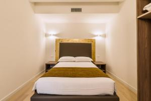 A bed or beds in a room at Charming Palace Corte del Teatro