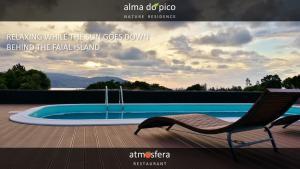 The swimming pool at or near Alma do Pico