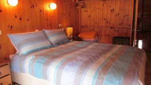 A bed or beds in a room at The Retreat on Matthew