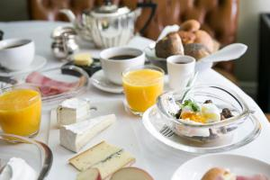 Breakfast options available to guests at Hotel Montefiore