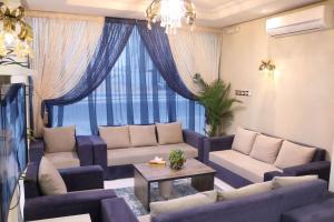 Uma área de estar em Aris Furnished Apartments