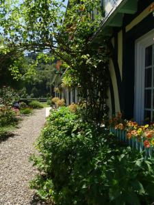 A garden outside Chambre d'hôtes Au Fil De L'eau