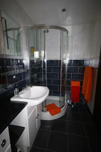 A bathroom at Eagles Guest House