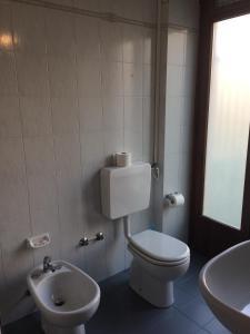 A bathroom at Hotel Bodoni
