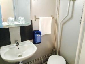 Salle de bains dans l'établissement Hôtel De Normandie