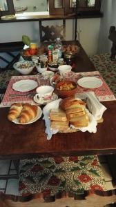 Breakfast options available to guests at B&B Il Giardino delle Cince