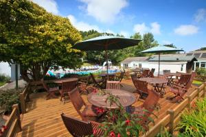 A restaurant or other place to eat at La Collinette Hotel, Cottages & Apartments