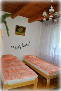 Łóżko lub łóżka w pokoju w obiekcie Skraj Lasu Kruklanki