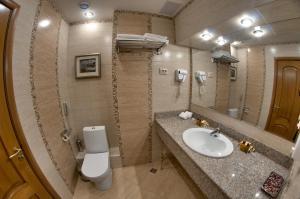A bathroom at Hotel Uyut Almaty