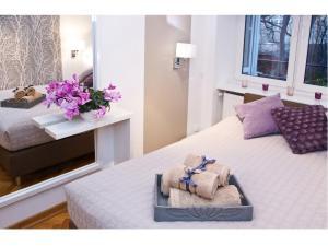 Łóżko lub łóżka w pokoju w obiekcie Srebrna Warsaw Apartment