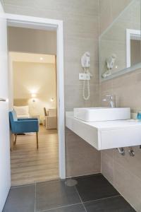 Een badkamer bij Porto Domus Hotel