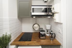 A kitchen or kitchenette at My Nest Inn Paris Panthéon - 31m2 - 2min du Panthéon
