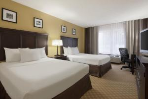 A bed or beds in a room at Country Inn & Suites by Radisson, St. Augustine Downtown Historic District, FL