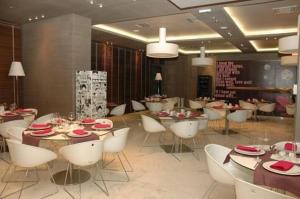 A restaurant or other place to eat at 1000 Colors Hotel