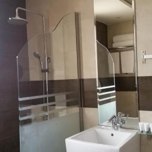 Um banheiro em Rafa Homes Al Izdihar 2