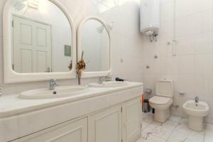 A bathroom at 18St. Hostel