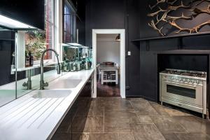 A kitchen or kitchenette at Lascelles Ballarat