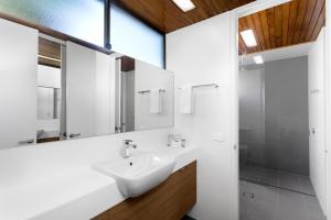 A bathroom at Beachside Beauty at Sapphire Beach