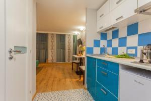 Кухня или мини-кухня в Апартаменты на Куйбышева 23 #3