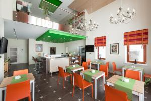 A restaurant or other place to eat at Guest house Babinov