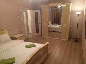 Кровать или кровати в номере Apartments on Rodionova street