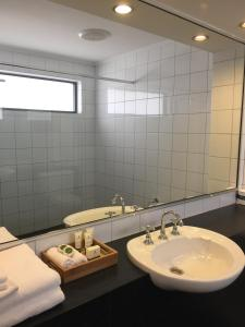 A bathroom at Caledonian Hotel Motel