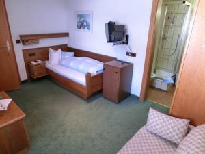 A bed or beds in a room at Frühstückspension & Ferienhaus Fädnerspitze