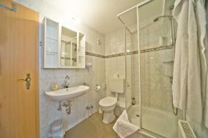 A bathroom at Hotel zum alten Kornspeicher