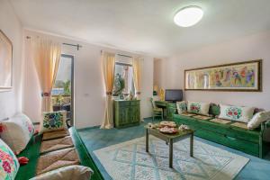 A seating area at Cala Ginepro Hotel Resort & Spa