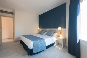 Een bed of bedden in een kamer bij Marinda Garden Aparthotel