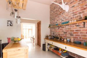 Een keuken of kitchenette bij Number5 Guesthouse
