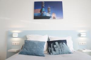 A bed or beds in a room at Appartement T3 Pharo - Vue panoramique sur Notre Dame et la plage des Catalans