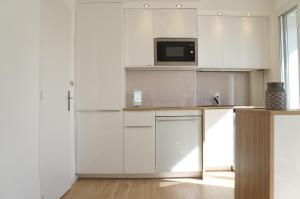 A kitchen or kitchenette at Appartement T3 Pharo - Vue panoramique sur Notre Dame et la plage des Catalans