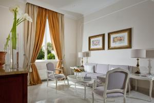Ein Sitzbereich in der Unterkunft Aldrovandi Villa Borghese