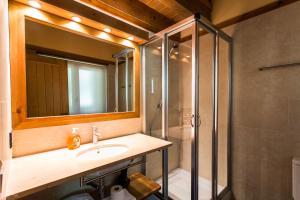 A bathroom at Apartaments Gran Vall