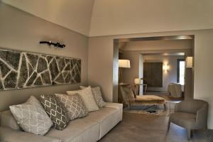 A seating area at Sikelia Luxury Hotel