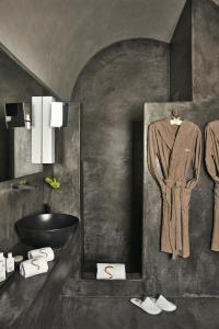 A bathroom at Sikelia Luxury Hotel