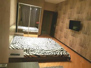 Cama ou camas em um quarto em Apartment on MirQasimov st.29