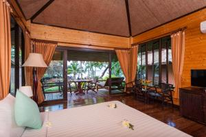 A restaurant or other place to eat at Palm Leaf Resort Koh Tao