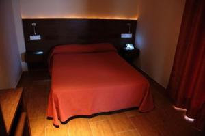 A bed or beds in a room at Hostal Los Coronales