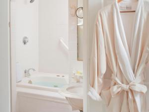 A bathroom at West Hill House B&B