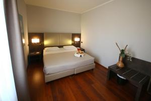 A bed or beds in a room at Jet Hotel