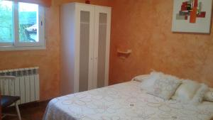 A bed or beds in a room at Hostal A La Sombra Del Laurel